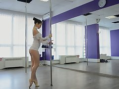 Horny balk dancer Irina Brovkina flashes her really sexy loot during practice