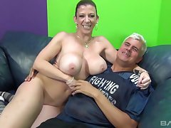Voluptuous cougar Sarah Jay shagging a tattooed person on the couch